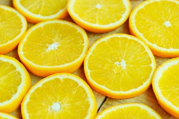 오렌지 조각 질감 배경, 나무 배경에 신선한 오렌지 과일 오렌지 패턴-상위 뷰