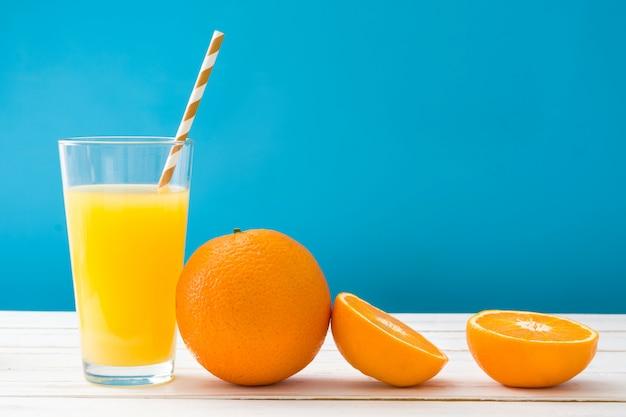 Оранжевый коктейль на белом деревянном столе