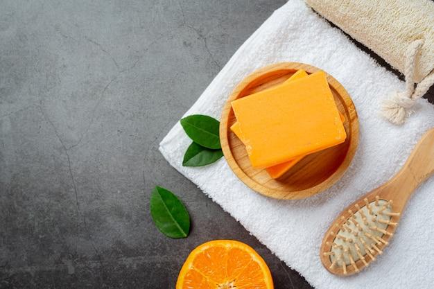 어두운 배경에 신선한 오렌지와 오렌지 비누
