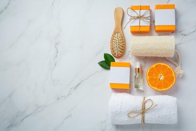 大理石の背景に新鮮なオレンジのオレンジ石鹸