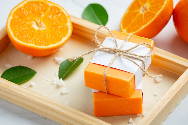 대리석 바탕에 신선한 오렌지와 오렌지 비누