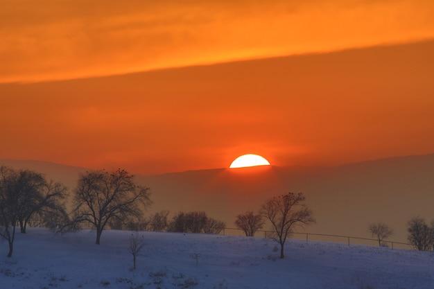 Оранжевый солнечный закат в горах