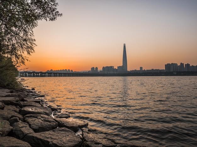 서울 뒤에 오렌지 일출입니다.