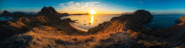 Оранжевый вид восхода солнца из острова падар в национальном парке komodo