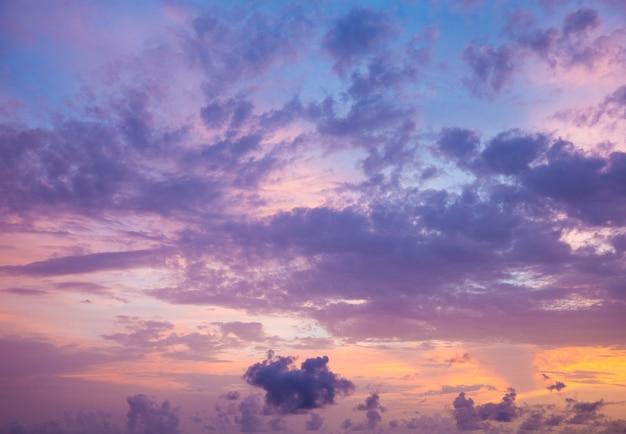Оранжевое закатное небо. красивое небо.