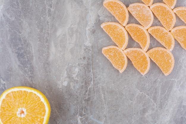 Апельсиновый сладкий мармелад на мраморном фоне