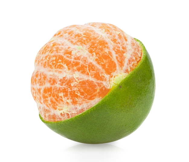 白い表面に分離されたオレンジのみかん