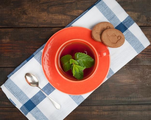 スプーンとクッキー、上面とオレンジティーカップ。