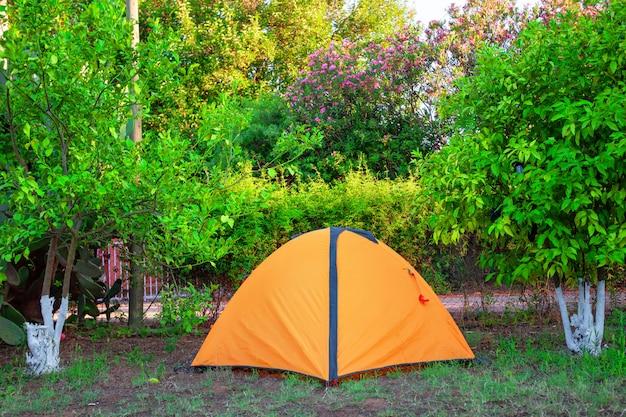 Оранжевая палатка среди оранжевых кемпингов