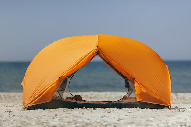 ビーチのオレンジ色のテント