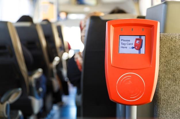 現代の公共交通機関のオレンジ色のチケット検証機