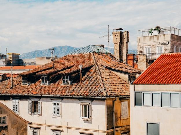 Оранжевая черепица на крыше хорватской архитектуры