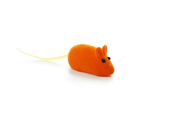 Оранжевая игрушечная мышь, изолированная на белом