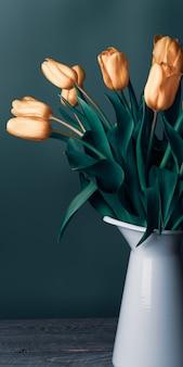 濃い緑色の背景に白い水差しのオレンジ色のチューリップの花束