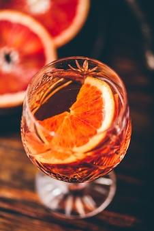 버번, 블러드 오렌지 주스, 심플 시럽을 곁들인 오렌지 위스키 사워 칵테일