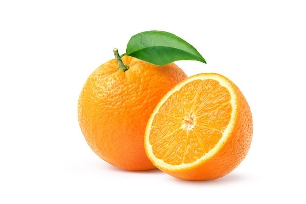半分にカットされたオレンジと白で分離された緑の葉。クリッピングパス。