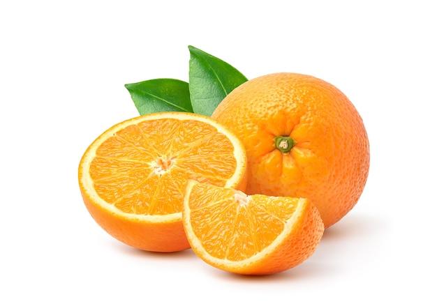 半分にカットされたオレンジと白で分離された緑の葉。