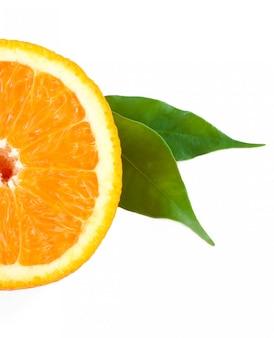 Апельсин с зеленым листом