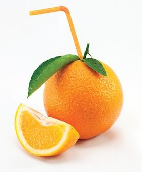 Апельсин с листьями и соломой изолированы