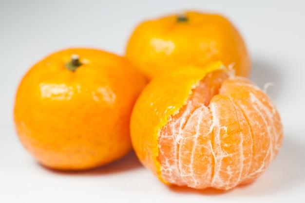 白地にオレンジ。