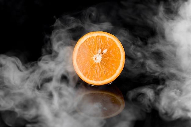 검은 색 표면에 연기와 오렌지