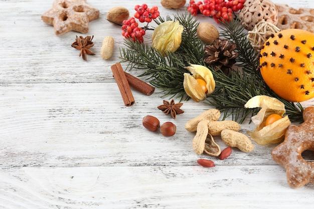 スパイス、ナナカマド、クリスマス松の小枝とオレンジ