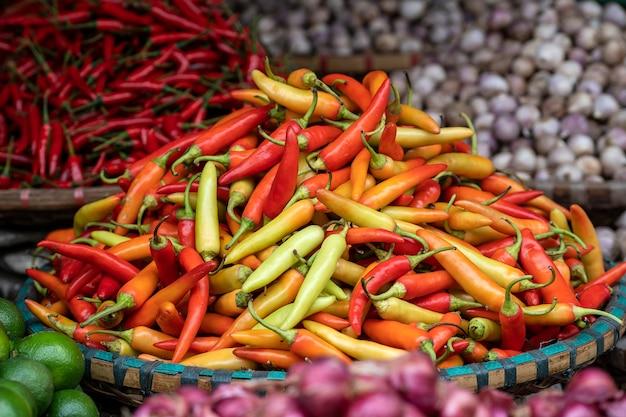 Оранжевый, желтый и красный сладкий перец для продажи на рынке уличной еды во вьетнаме. закрыть
