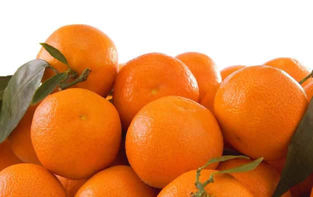 オレンジと緑の葉は白で隔離