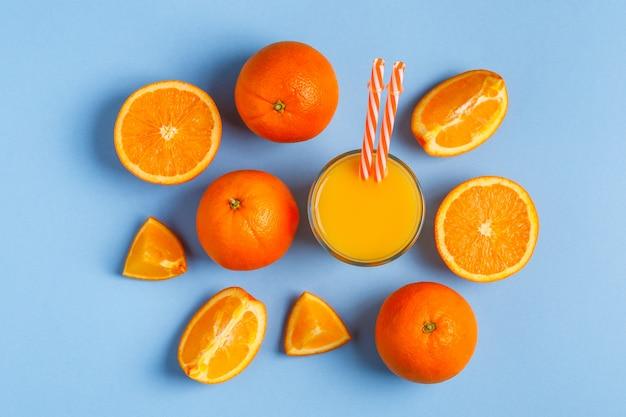 オレンジと青のパステル背景にジュース