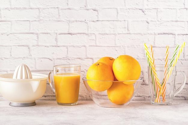 オレンジとオレンジジュースを作るためのジューサー