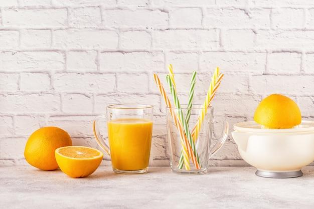 オレンジジュースを作るためのオレンジとジューサー