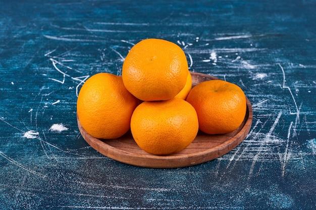 Апельсины и мандарины на деревянном блюде. фото высокого качества Бесплатные Фотографии