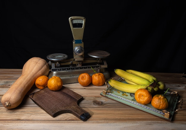 オレンジ、バナナ、カボチャ、木の上の古いアクセサリー