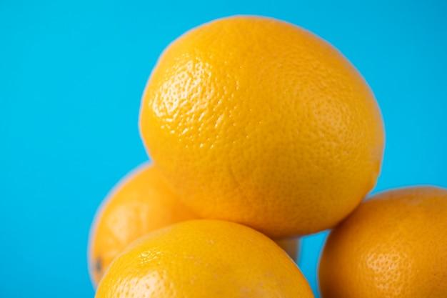 オレンジのクローズアップ。大きい。黄色い柑橘系の果物