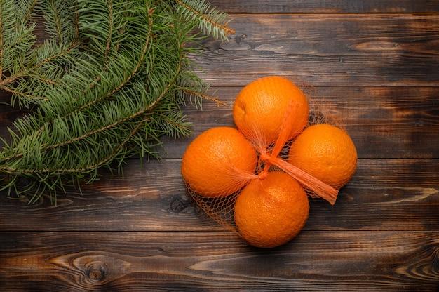 モミの枝の上面図の近くの木の表面にグリッドのオレンジ