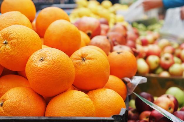 Апельсины на рынке крупным планом на прилавке рынка