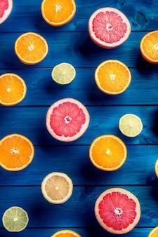 블루 테이블에 오렌지 라임 레몬과 자몽. 열 대 구색 신선한 과일입니다.