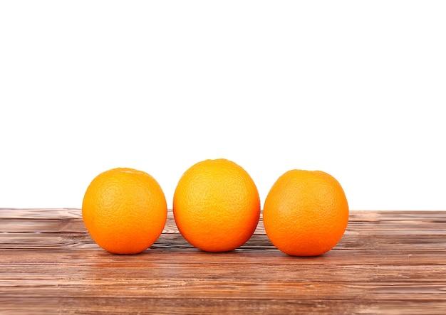 Апельсины на деревянной доске