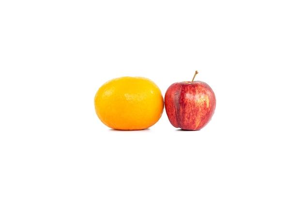 Апельсины или мандарин и яблоко изолированы