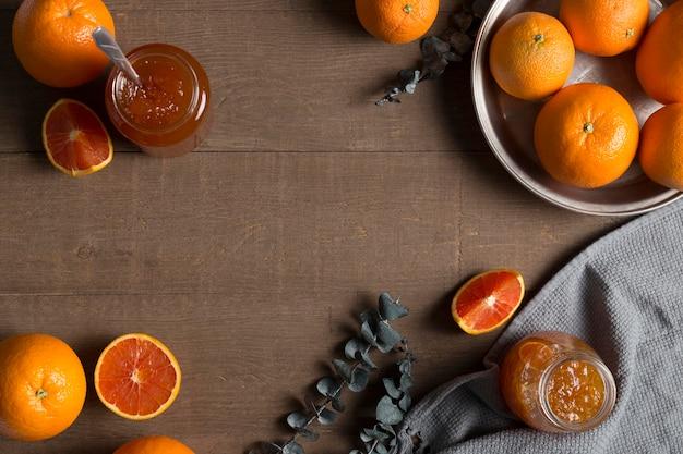 Le arance e la marmellata biologica fatta in casa copiano lo spazio
