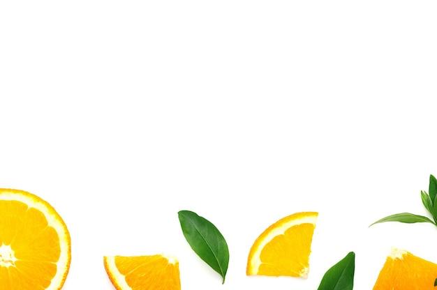 오렌지 슬라이스 및 흰색 배경 프레임에 녹색 잎으로 슬라이스. 수분이 많은 건강식, 비타민 c 꼭대기 전망이 있는 감귤류 유기농 여름 과일, 복사 공간.