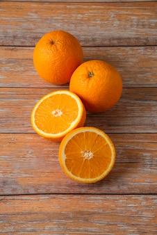 Arance affettate e servite sulla tavola di legno