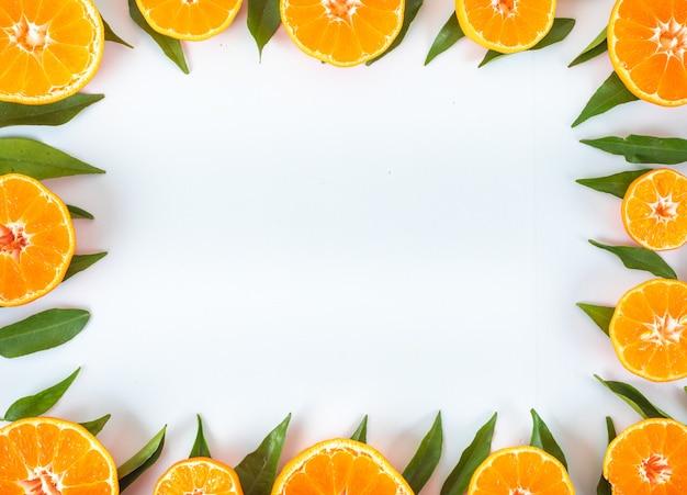 Arance con foglie telaio concetto vista dall'alto con spazio di copia