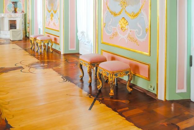 多くの展示品の修復後、oranienum lomonosovが訪問者を受け取りました。