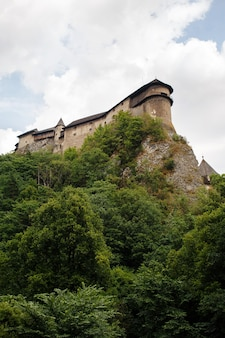 スロバキアのoravsky podzamokの村の岩の上のorava城