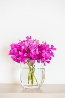 花瓶で蘭の花