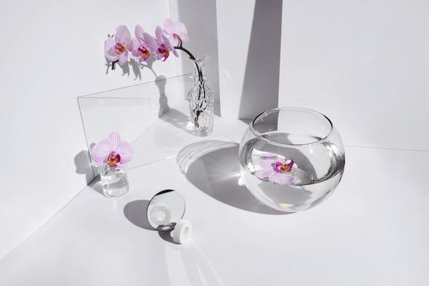 Цветы орхидеи в разных вазах на ярком столе