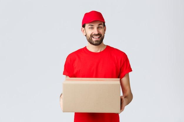 Доставка заказов в интернете и концепция доставки посылок дружелюбный улыбающийся курьер в красной униформе ...
