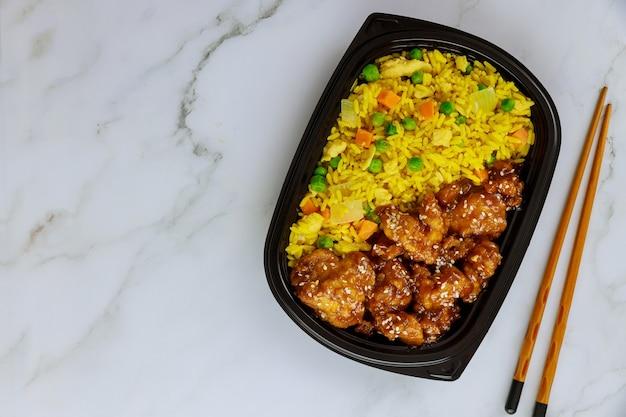 온라인 또는 집이나 직장에서 전화로 음식을 주문하십시오. 점심을 치워라.