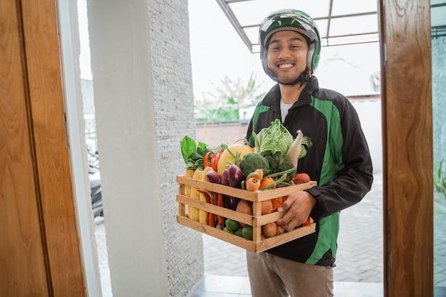 自宅の顧客に配達するオンラインの食品宅配便を注文する